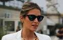 A brasileira Helena Bordon apostou em óculos espelhados, combinação de pulseiras douradas e clutch