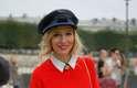 O estilo militar do quepe apimenta o look feminino comportado, com direito a broche usado na gola da camisa