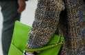 A clutch em verde bem vivo dá um novo ânimo ao básico jeans e malha