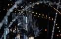 Modelo desfila com macacão transparente na Semana de Moda de Paris. Peça faz referência ao trabalho de Stephen Sprouse, primeiro artista convidado por Marc Jacobs a colaborar com a Louis Vuitton, em 2001, e que criou série de peças inspiradas no grafite