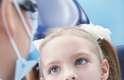 La primera vez y en las revisiones anuales es muy adecuado que los padres entren al gabinete con los niños, para hablar con el doctor, aclarar dudas y enterarse del plan de tratamiento.