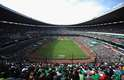 Apenas um estádio no mundo teve a honra de receber duas finais de Copa do Mundo: o Estádio Azteca, na Cidade do México. Mais do que isso, foi nesta arena que Pelé e Maradona realizaram seus maiores feitos. Em 1970, o brasileiro se tornou o único atleta a vencer três mundiais ao comandar a seleção ao lado de craques como Rivellino, Gérson, Tostão e Jairzinho. Já o argentino levou seu país ao seu segundo título em Copas em 1986, marcando dois gols antológicos diante da Inglaterra nas quartas de final. Primeiro, usou a mão para vencer o goleiro. Na sequência, deixou seis ingleses para trás e fez um dos mais belos gols da história