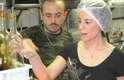 A cantora Fernanda Takai e o chef Isaac Azar preparam o magret de pato criado em homenagem à artista no Paris 6