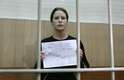 24 de outubro - Brasileira Ana Paula Maciel tirou fotos na prisão novamente com cartazes