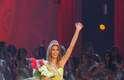 Stefania herdou a coroa de sua conterrânea Dayana Mendoza, que ganhou o Miss Universo em 2008, depois de ser eleita Miss Venezuela no ano anterior (acima)