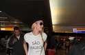 """Na chegada ao País, a top usava calça jeans, tênis, chapéu, óculos escuros e uma camiseta em que se lia """"São Paulo!"""""""
