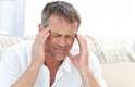 """Dor de cabeçaO tipo mais doloroso de dor de cabeça, a cefaleia em salvas, ocorre normalmente na madrugada. Fora isso, 50% das pessoas que sofrem de enxaquecas, """"primas de primeiro grau"""" da cefaleia em salvas, dizem que as dores na cabeça as despertam regularmente do sono. """"Isso pode estar relacionado a ciclos de sono, quando as pessoas se deslocam entre os períodos de sono profundo, sono do movimento rápido dos olhos (REM), e quase vigília"""", explicou Andy Dowson, diretor de serviços de dor de cabeça no Hospital Kings College, na Inglaterra"""