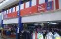Inaugurado em 1977, o shopping conta com mais de 120 lojas. A maioria delas vende peças feitas por produtores locais