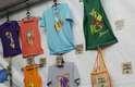 Por toda a área do Planeta Terra Festival, as lojas Para lembrar venderam modelos classudos de camisetas de Lana Del Rey (R$ 100), Blur (R$ 80), Travis (R$ 80), Beck (R$ 80) e O Terno (R$ 50). Os modelos são produzidos no Brasil, com autorização de todas as bandas, pela empresa Cover Your Bone