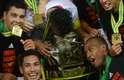 Jogadores do Flamengo fazem a festa ao redor da taça de campeão