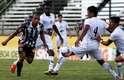 Rafael Costa encara a marcação do Bragantino em empate do Figueirense