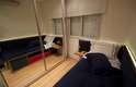 Aqui, duas utilidades no mesmo espelho: ampliar um cômodo pequeno e ganhar espaço por ser instalado na porta do armário
