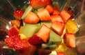 Despeje aos poucos todas frutas em pedaços em uma jarra