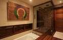 O spa e sauna foram protegidos da ação do tempo um modo de poder serem aproveitados com mais frequência nessa região em que chove muito