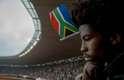 Homem observa a movimentação no estádio
