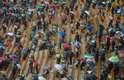 Público usa guarda-chuvas para se proteger da chuva que não deu trégua em Johannesburgo
