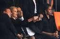 Uma sequência de fotos registrada nesta terça-feira, durante o funeral de Nelson Mandela, está repercutindo nas redes sociais. Nas imagens, o presidente Barack Obama conversa animadamente com a premiê dinamarquesa, Helle Thorning-Schmidt. O que chama atenção, no entanto, é a cara de poucos amigos da primeira-dama Michelle, que parece não ter gostado do papo. Em uma das imagens, além de Obama e Helle, está também o primeiro-ministro britânico, David Cameron. Os três sorriem para a câmera do celular da dinamarquesa