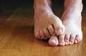 2. XuléO mesmo 'banquete para bactérias' descrito anteriormente acontece nos pés que cheiram mal. E quanto mais eles fiquem escondidos em um ambiente escuro, quente e úmido, mais nutrem estas bactérias