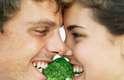 4. Alimentos crucíferosAlimentos como brócolis, couve-de-bruxelas e outros vegetais da família dos crucíferos incluem os mesmos compostos fedidos tipicamente, parecidos com o enxofre e podem espalhar o odor por toda parte
