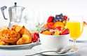 Coma o café da manhãDepois de uma longa noite de jejum, seu corpo precisa de combustível para acelerar o seu metabolismo. Pular o café da manhã pode diminuir a capacidade do seu corpo a queimar gordura enquanto tenta conservar energia. Por isso, procure fazer uma refeição saudável dentro de uma hora após acordar, para manter o seu metabolismo ativo