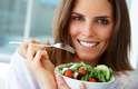 Não pule refeiçõesVocê deve achar que abrir mão do jantar pode te trazer uma figura mais esbelta, mas é justamente o contrário. Pular refeições pode enganar o seu corpo e levá-lo a acreditar que não está recebendo comida suficiente e que deve armazenar mais calorias quando é alimentado