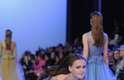 Ela usava vestido longo e transparente e, provavelmente, enroscou a ponta do escarpim lilás na barra do vestido antes de cair