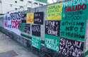 Cartazes foram afixados em frente à Santa Casa de São Paulo, onde algumas pessoas fazem vigília