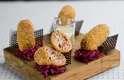 Bolinhos com linguiça de Blumenau (SC) são servidos acompanhados de creme de queijo colonial. Preço da porção com quatro unidades: R$ 16