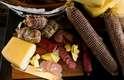 A tábua de frios tem queijos, fiambres, azeitonas e picles de pepino. Destaque para o queijo colonial, adquirido com pequenos produtores do RS. Preço: R$ 35