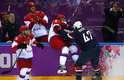 Em jogo tenso no Bolshoy Ice Dome, Estados Unidos venceram a Rússia nos pênaltis pela primeira fase do hóquei no gelo na Olimpíada de Sochi