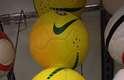 Nas grandes lojas varejistas, é possível comprar bolas da Seleção Brasileira por 1.499 rublos, pouco mais de R$ 100 preço bem próximo ao encontrado no próprio Brasil