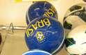 Versão azul da bola da Seleção Brasileira é encontrada por 1.199 rublos, ou cerca de R$ 80; no Brasil, ela pode ser encontrada por cerca de R$ 50