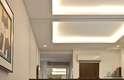 Em quartos não muito grandes vale investir em uma parede de vidro para criar a sensação de que o ambiente é maior