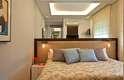 A cabeceira oversized é uma boa opção se a cama já ocupa boa parte da parede. Com menos divisões, a impressão é de que as dimensões são mais amplas