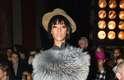 Após perder o desfile da Balmain, Rihanna assistiu à apresentação da Lanvin, nesta quinta-feira (27). Para a ocasião, a cantora usou chapéu, calça de alfaiataria, sapato masculino, camisa com babado e estola de pele