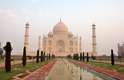 3. Shah Jahan & Mumtaz MahalShah Jahan criou o lendário Taj Mahal, que é considerada a maior prova de amor do mundo, para sua amada. Milhões de pessoas visitam Agra, na Índia, todos os anos para visitar esta que foi considerada uma das 7 Novas Maravilhas do Mundo, Incrustada com pedras preciosas e com sua cúpula costurada com fios de ouro