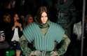 Tons de verde dominaram o desfile de Jean Paul Gaultier neste sábado (01), durante a semana de moda de Paris. Couro, luvas, bolsas e tecido com efeito brilhantes foram algumas das apostas da grife. Fugindo do verde, um look em homenagem à Grã-Bretanha se destacou