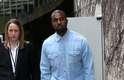 Kanye West foi um dos convidados do desfile da Céline, que aconteceu neste domingo (02), durante a semana de moda de Paris. Para o evento, o rapper usou camisa e calça jeans