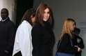 A ex-editora da Vogue Paris, Carine Roitfeld, também prestigou o desfile da grife. Ela usou casaco pesado sobre vestido, ambas as peças pretas