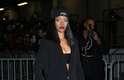 Rihanna usou mais um look excêntrico para conferir o desfile da Givenchy, neste domingo (02), durante a semana de moda de Paris: boné com véu, blazer oversized com barra colorida, top, calças largas e tênis