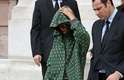 Presença constante nos desfiles da semana de moda de Paris, Rihanna conferiu, nesta segunda-feira (03), o desfile de Stella McCartney. Para a ocasião, a cantora usou vestido de cetim, casaco pesado estampado em verde e preto e botas e bolsa também verdes