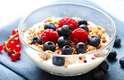 4. ProbióticosJá se sabe que o cérebro se comunica com o estômago o que explica a fome, inclusive. Mas um número crescente de pesquisas sugere que a bactéria do intestino também está envolvida nesta conversa. As boas, que são os probióticas, vivem no intestino e promovem o funcionamento gástrico saudável. Mas, em um estudo de 2011, pesquisadores irlandeses descobriram que uma certa bactéria probiótica encontrada no iogurte reduz os comportamentos associados ao estresse, à ansiedade e à depressão