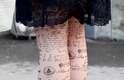 A irreverência foi incorporada por outros acessórios, como esta meia-calça estampada com carimbos e escrita à mão