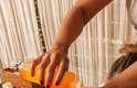 Realizada com movimentos de tração e alongamento, o tratamento Maracujá Anti Stress mantém o equilíbrio do manto hidrolipídico (camada de proteção da pele), além de amaciar e hidratar profundamente as dermes mais secas
