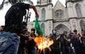 São Paulo - Ainda concentrados na Sé, manifestantes da marcha antifascista queimaram uma bandeira do Brasil