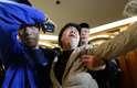 24 de março - Membro da família de um passageiro a bordo do vôo MH370 da Malaysia Airlines chora depois de assistir a transmissão da entrevista coletiva, em que o governo malaio confirmou que o avião caiu no oceano Índico. Foto tirada no hotel Lido, em Pequim, na segunda-feira, 24 de março