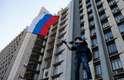 Manifestante agita bandeira da Rússia em Donetsk neste domingo