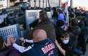 Manifestantes se reuníram neste domingo em frente ao prédio principal do governo em Donetsk, região ucraniana que pede independência do país. Um referendo foi pedido e gritos de República Donetsk foram ouvidos. Ativistas pró-russos enfrentaram a polícia no local