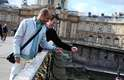 """Luis e Glauco jogam a chave do """"cadeado do amor"""" no rio Sena. O casal planejou a viagem por dois anos e levou do Brasil o cadeado que pendurou no Pont des Arts"""