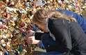 """O casal espanhol Raul e Mercè prendem um cadeado para """"eternizar"""" seu amor na Pont des Arts, em Paris"""